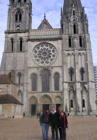 Family-in-the-cold-at-Chartres-Cathedral