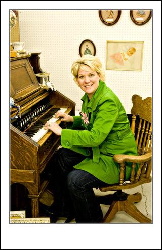 Layle-at-the-organ