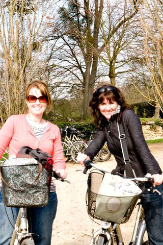 Jenny-&-Sande-on-bikes